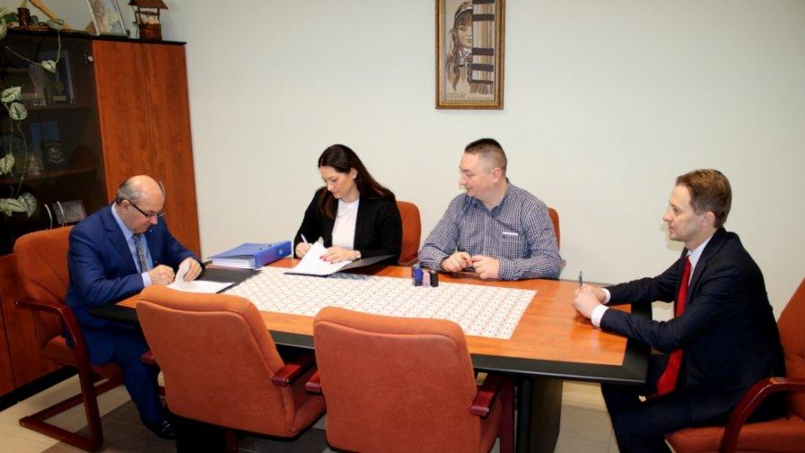 Podpisanie umowy na warsztaty szkolne w Mroczkowie Gościnnym