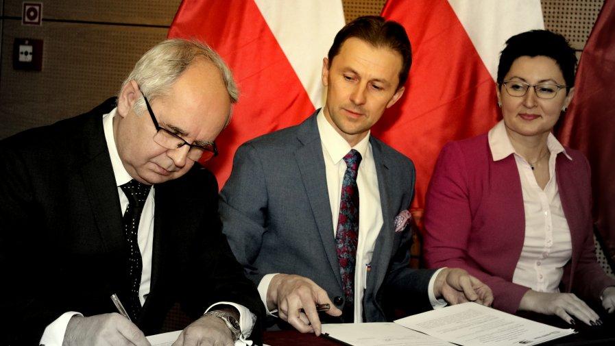 Program wspierania kształcenia zawodowego podpisali Starości Powiatu, dyrekcja Zespołu Szkół oraz Prezes Zarządu spółki Remtrak- Zbigniew Ciemny.