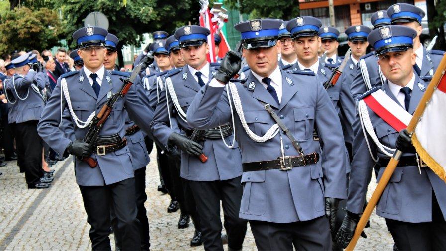 W Rawie Mazowieckiej odbyły się wczoraj między powiatowe obchody święta Policji. Podczas uroczystości, kilkudziesięciu funkcjonariuszy ze wszystkich przybyłych komend powiatowych, odebrało akty mianowania na wyższe stopnie policyjne.
