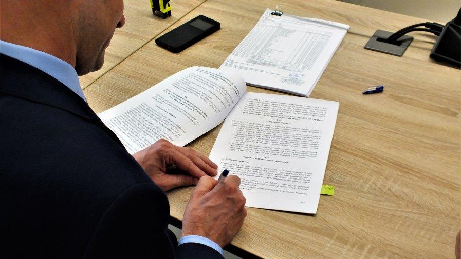 W dniu 30.08.2019 roku Powiat Opoczyński zawarł dwie umowy na świadczenie usług w zakresie transportu drogowego na liniach komunikacyjnych: Opoczno-Paradyż i Opoczno-Poświętne.