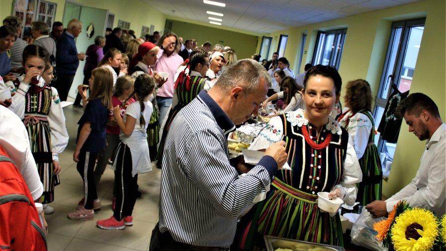 Wojewódzkie obchody światowych dni turystki trwały w Powiecie Opoczyńskim przez 3 dni. Od Piątku 27 września do niedzieli włącznie, autokary pełne turystów mogły bliżej przyjrzeć się naszym zabytkom, zwyczajom i posmakować wspaniałego jedzenia.