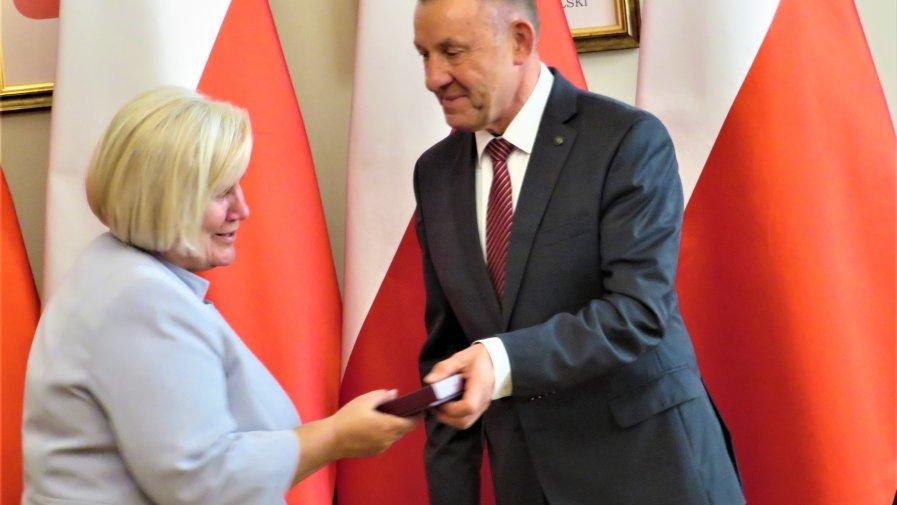 09 października 2019 r. wśród szczególnie zasłużonych dla województwa Łódzkiego znalazła się Pani Wiesława Kurowska - Dyrektor Powiatowego Centrum Pomocy Rodzinie w Opocznie.