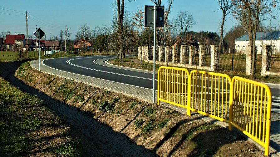 W październiku 2019 roku została zakończona przebudowa drogi powiatowej nr 3116E ul. Piotrkowska w Białaczowie na odcinku o długości 996mb realizowanego w ramach Funduszu Dróg Samorządowych.
