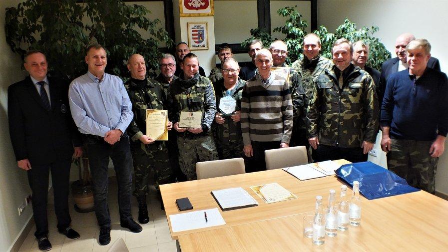 Zarząd Powiatu Opoczyńskiego na uroczystym spotkaniu podziękował za 20-letni wkład w ochronę środowiska naturalnego Powiatowej Społecznej Straży Rybackiej w Opocznie.