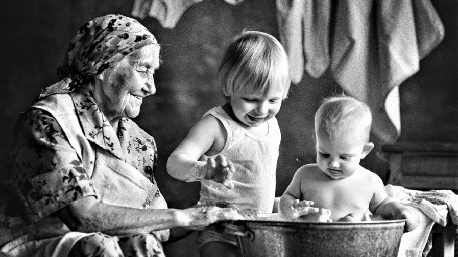Z okazji święta Babci i zbliżającego się święta Dziadka, pragniemy złożyć im wszystkim najgorętsze życzenia. Przecież bez nich nie wyobrażamy sobie szczęśliwego dzieciństwa a potem oparcia i pomocnej dłoni w macierzyństwie. Dlaczego się tak dzieje?