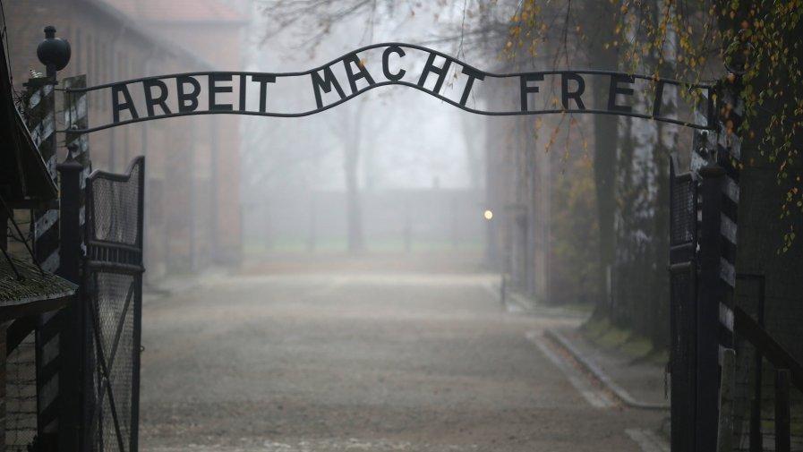 Prezydent Andrzej Duda podkreślił, ze fałszowanie historii II wojny światowej, zaprzeczanie zbrodniom ludobójstwa i negowanie Holokaustu oraz instrumentalne wykorzystywanie Auschwitz dla jakichkolwiek celów, to bezczeszczenie pamięci ofiar.
