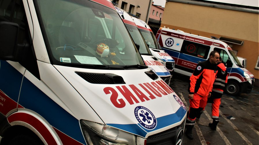 Zmiany w naszym szpitalu. Mamy kolejną nową karetkę. Tym razem jest to specjalistyczny pojazd z noszami bariatrycznymi.
