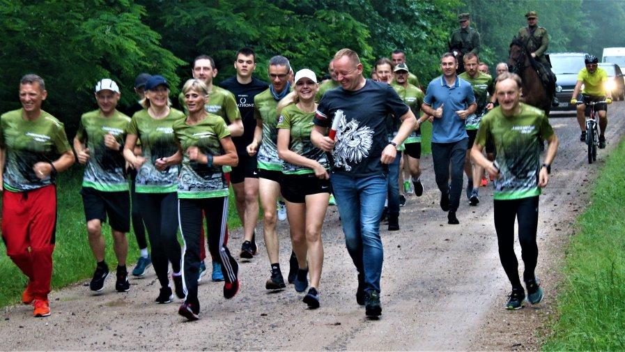 148 km. w 11 godzin i 40 minut pokonali uczestnicy Sztafetowej Pielgrzymki Biegowej pamięci mjr. Hubala na trasie Anielin - Jasna Góra.
