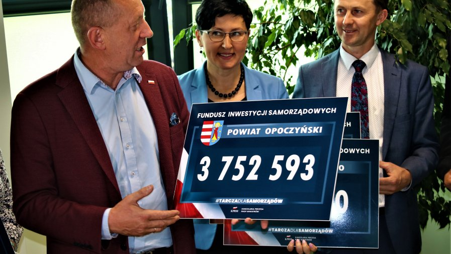 Symboliczne czeki z dofinansowaniem rządowym przekazał opoczyńskim włodarzom poseł Robert Telus.