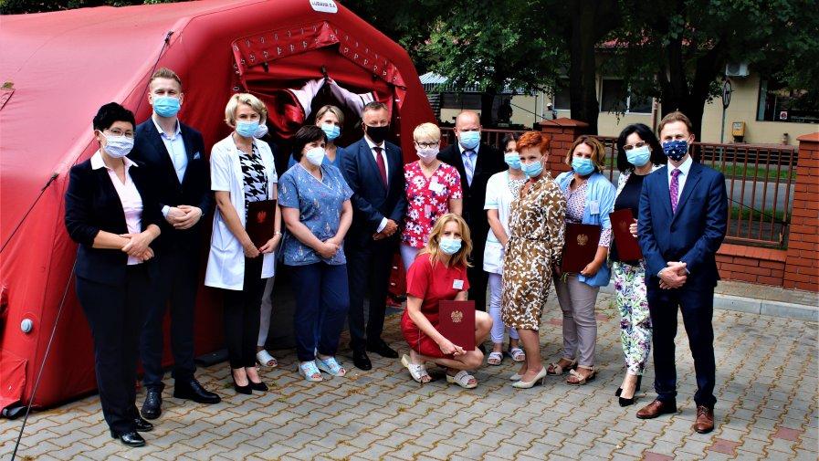 Przez cały dzień delegacja Wicewojewody oraz Starosta Marcin Baranowski i Wicestarosta Maria Barbara Chomicz odwiedzali osoby i instytucje, które przez ostatnie miesiące stały na pierwszej linii frontu w walce z pandemią koronawirusa.