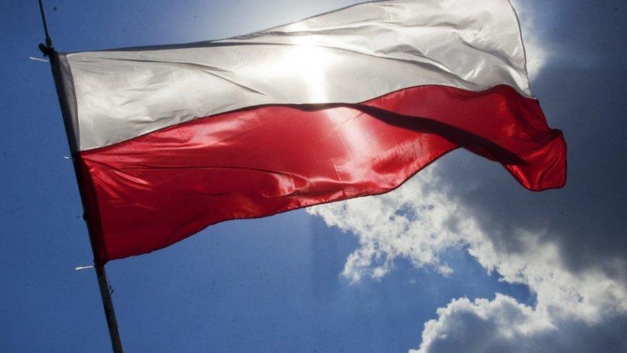 """Ruszył projekt """"Pod biało-czerwoną"""", który zakłada sfinansowanie przez Rząd Rzeczypospolitej Polskiej zakupu masztów i flag w każdej z gmin w Polsce. Inicjatywa zakupu zależeć będzie jednak od mieszkańców gminy, która dołączy do projektu."""