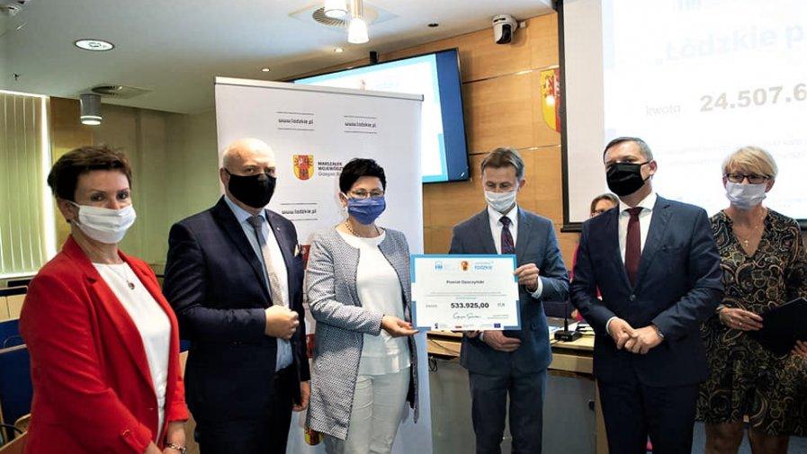 Symboliczny czek na wsparcie DPS-ów odebrali w Łódzki starosta Marcin Baranowski I wicestarosta Maria Barbara Chomicz.