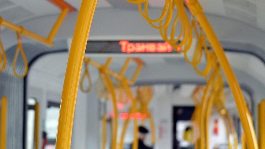 Zasady bezpiecznego korzystania z pojazdów publicznego transportu zbiorowego w trakcie epidemii SARS-CoV-2 w Polsce.